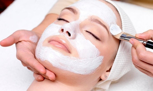 белая маска на лице