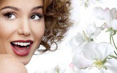 девушка и белые цветы