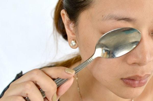 массаж ложками от синяков в области глаз