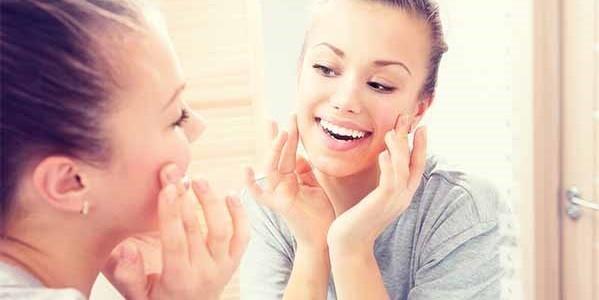 девушка улыбается у зеркала