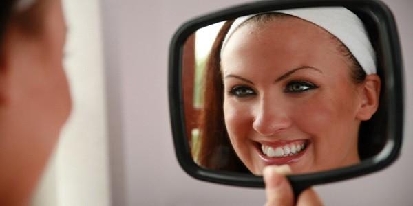 девушка и прямоугольное зеркало