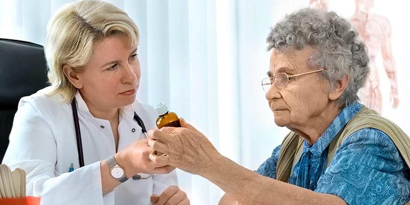 пожилые люди консультируются