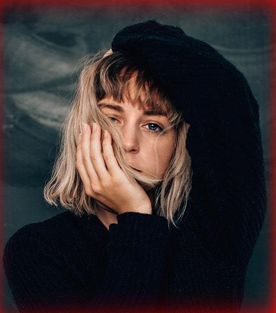 блондинка в черном джемпере